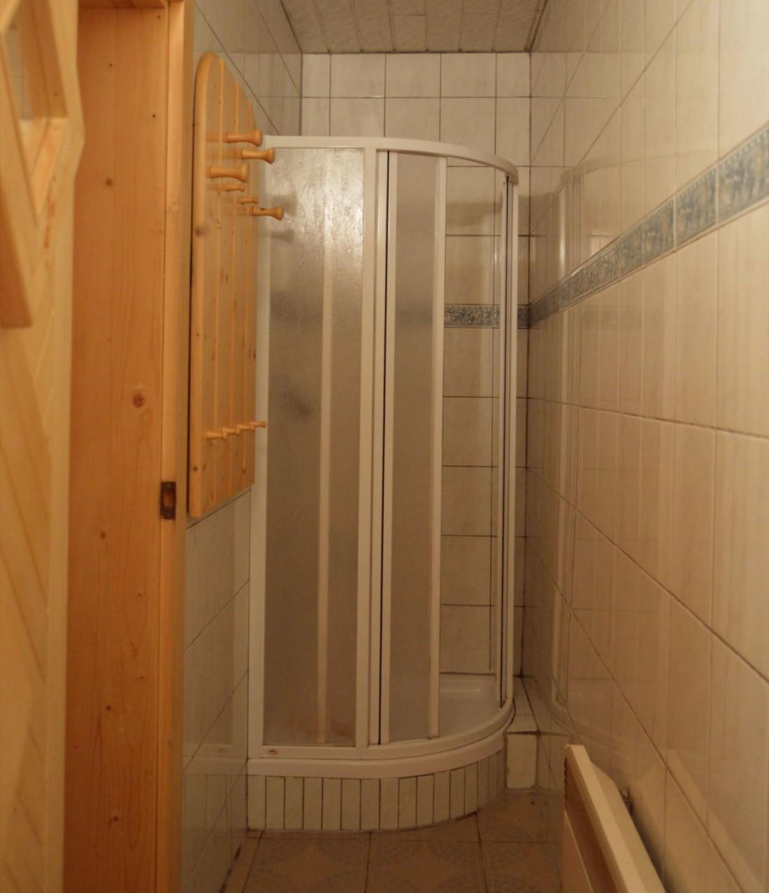 Sprcha pred fínskou saunou